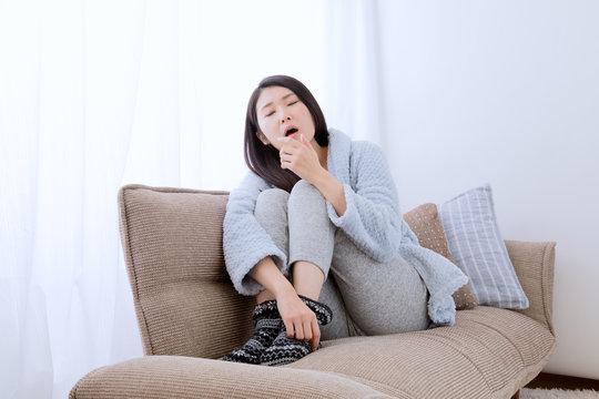 ガウンを着た女性、あくび、眠気