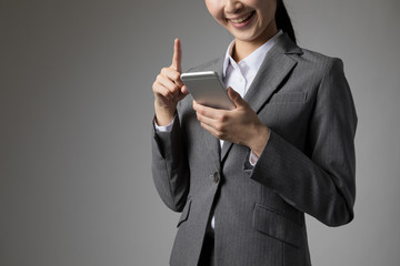 携帯電話を操作する女性、インターネット、メール