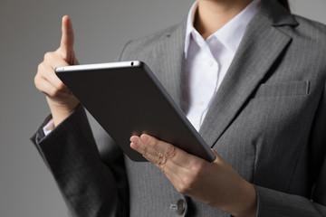 タブレットPCを操作する女性、インターネット、メール、ブラウジング