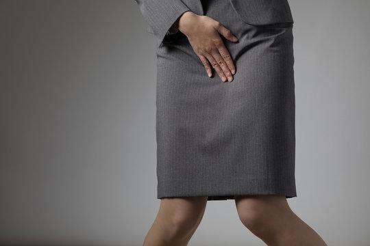 股間を押さえる女性、小便、尿、腎臓、漏れ、悩み