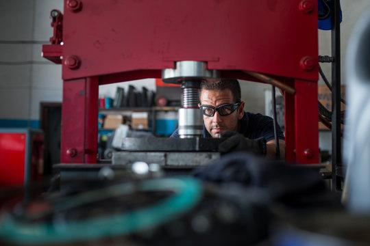 mechaning using a hydraulic press