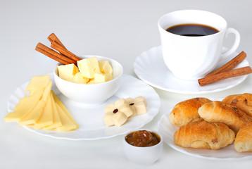 Перекусить в буфете или баре,чёрный кофе,булочки,сыр,печенье,джем,повидло фруктовое.