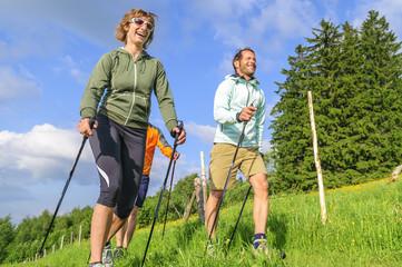 Fototapete - fröhliche Sportler beim  Nordic Walking