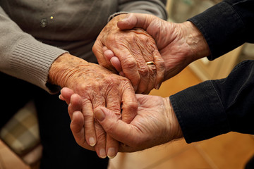 Coppia di anziani che si danno forza