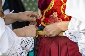 CAGLIARI, ITALIA - 2014 MAGGIO 1: 358^ Processione Religiosa di Sant'Efisio - Sardegna - dettaglio di un costume tradizionale sardo femminile