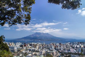 城山展望台からの桜島眺望、頂上付近から噴煙も見えている。