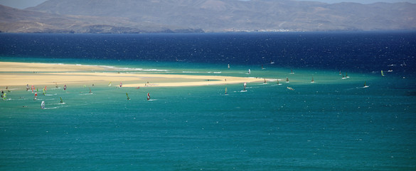 Vue aérienne d'un spot de windsurf aux îles Canaries