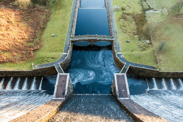 Photo sur Plexiglas Barrage Looking down from top of Claerwen Dam in the Elan Valley of Wales, UK.