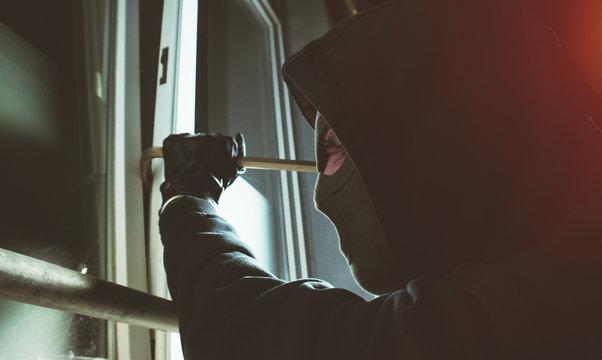 Einbrecher knackt fenster mit brecheisen
