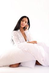 mit dem Telefon im Bett