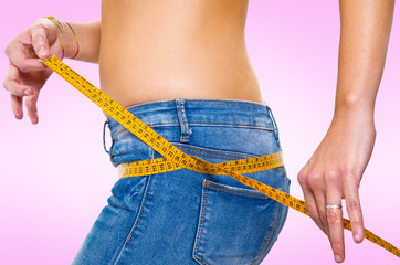 giovane donna misura il suo corpo