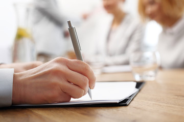 Podpisywanie umowy.  Kobieta podpisuje dokument