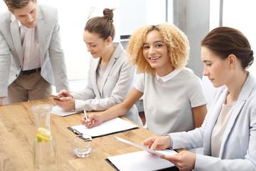 Obraz Zespół pracowników podczas pracy.Grupa młodych pracowników na spotkaniu firmowym w sali konferencyjnej - fototapety do salonu