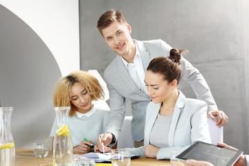 Obraz Zespół młodych ludzi w  pracy. - fototapety do salonu