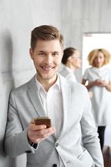 Obraz Spotkanie biznesowe.  Młody mężczyzna czeka na spotkanie biznesowe - fototapety do salonu