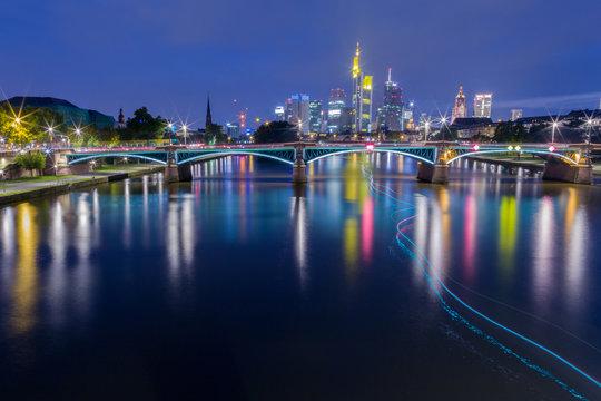 Noche en Fráncfort del Meno desde el río Main