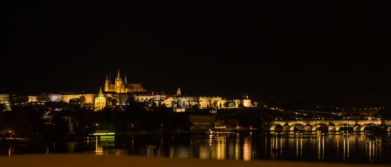 Karlsbrücke mit Prager Burg bei Nacht