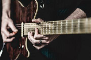 Músico tocando en concierto de rock