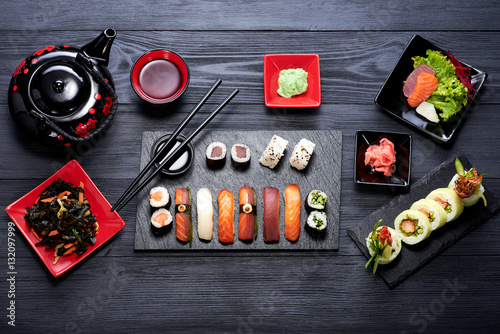 sushi set on black background top view stockfotos und lizenzfreie bilder auf. Black Bedroom Furniture Sets. Home Design Ideas