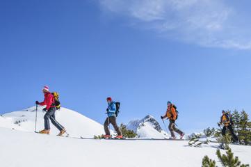 eine Gruppe Tourengeher im Hochgebirge