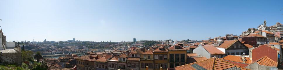 Portogallo, 26/03/2012: lo skyline di Porto, la seconda città più grande del Paese, con vista panoramica sui tetti rossi, i palazzi e gli edifici della città vecchia