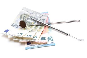 Zahnarztwerkzeug auf Geldscheinen - isoliert