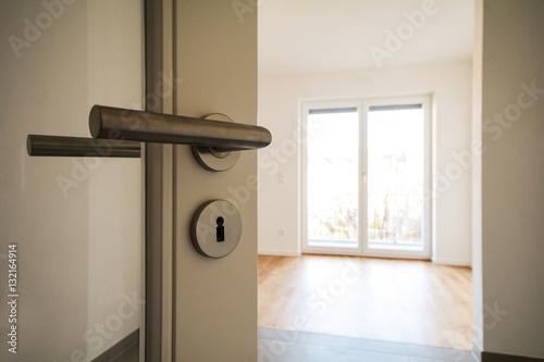 Neubau Immobilie Umzug In Neue Wohnung   Tür In Modernes Wohnzimmer