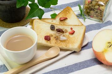 朝食 パン 果物 イメージ