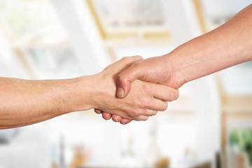 Männer reichen sich die Hände, Handschlag