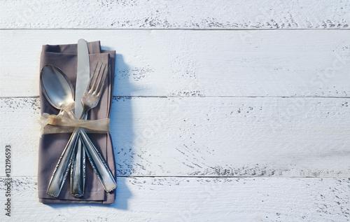 besteck mit serviette auf holz stockfotos und lizenzfreie bilder auf bild 132196593. Black Bedroom Furniture Sets. Home Design Ideas