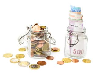Geld sparen, Münzen und Geldscheine im Glas