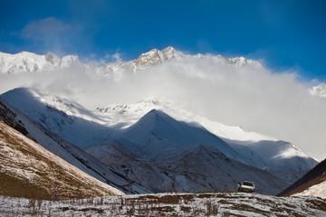Foto auf Gartenposter Reflexion Kaukaz - Gruzja w zimowej szacie. Caucassus mountains in Georgia.