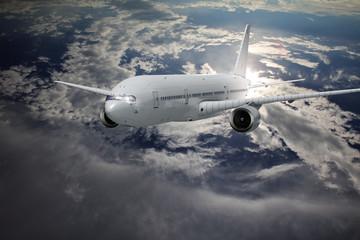 Verkehrsflugzeung vor einer Wolkenwand