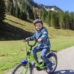 fröhlicher kleiner Radfahrer