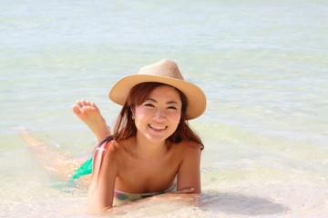 透明な海に浸かって微笑む女の子