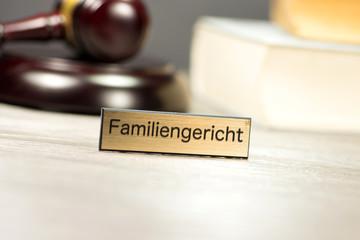 Familiengericht und ein Richterhammer
