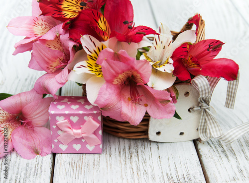 pink alstroemeria with gift box photo libre de droits sur la banque d 39 images. Black Bedroom Furniture Sets. Home Design Ideas
