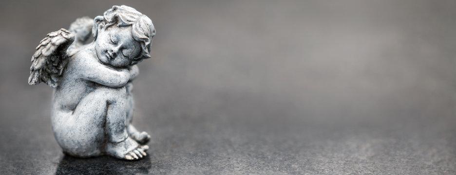 Trauerengel vor grauem Hintergrund