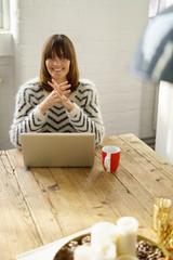 entspannte frau arbeitet zuhause am laptop