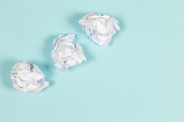Papier geknüllt auf blauen Hintergrund
