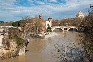 Tiberinsel mit Ponte Rotto bei Hochwasser