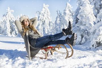 Frau beim Rodel am Berg