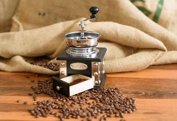 Kaffeebohnen mit Jutesack und nostalgischer Kaffeemühle