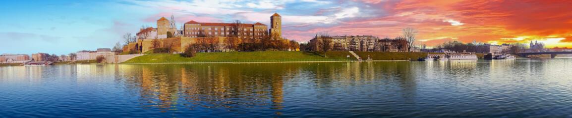 Poster Cracovie Famous landmark Wawel castle seen from Vistula at sunrise, Krakow, Poland.