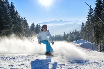 Keuken foto achterwand Wintersporten Girl having fun on ski