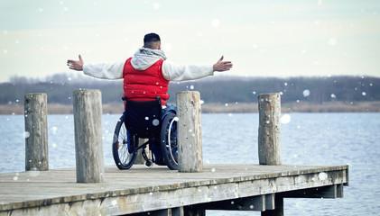 Rollstuhlfahrer voller Lebensmut