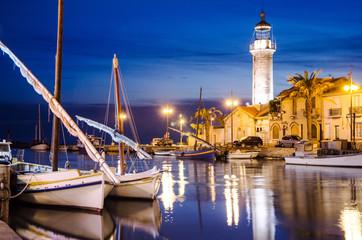 Segelschiffe und Leuchturm bei Nacht in le Grau du Roi, Camargue, Frankreich