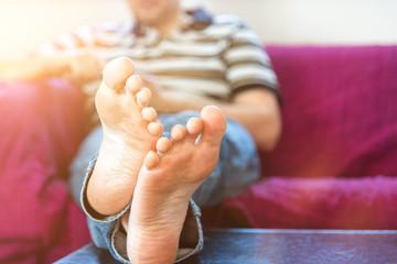 Mann entspannt nach Feierabend auf der Couch