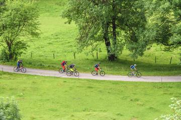 Radfahrer rollen einen Schotterweg abwärts