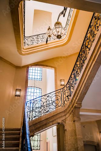 Montée d\'escalier à puits central\